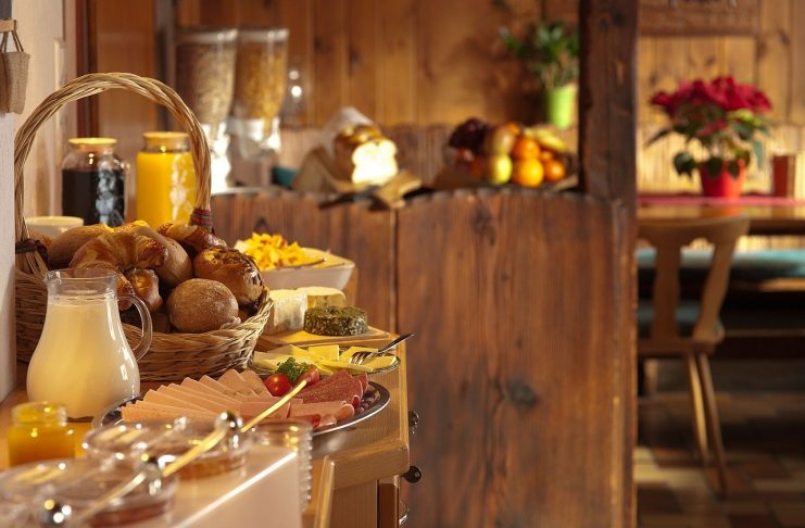 how to choose the right buffet catering service provider?
