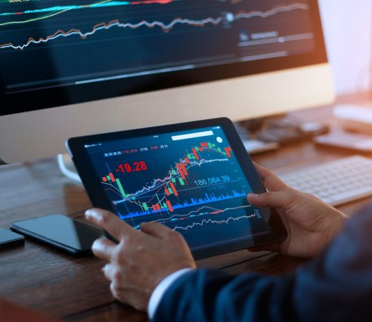 what is the importance of the binomo online chart in trading?